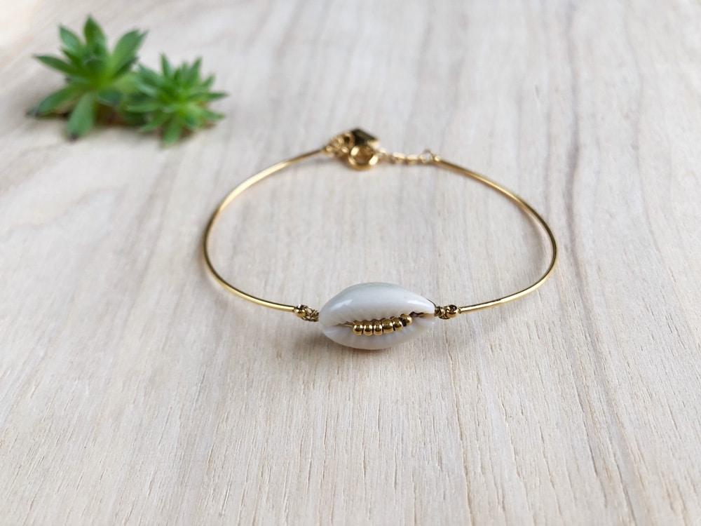 Bracelet rigide jonc avec coquillage blanc Cauri, acier inoxydable doré